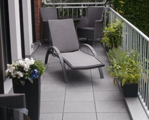 Balkon mit Liegestuhl saniert
